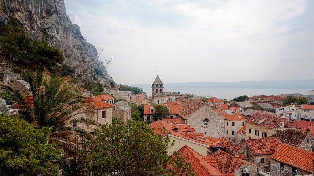 Panorama Omiš z wejścia na Twierdzę Mirabela, wakacje w chorwacji