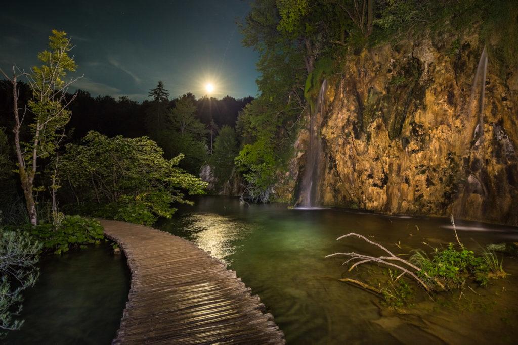 Park Narodowy Jezior Plitwickich o zmierzchu